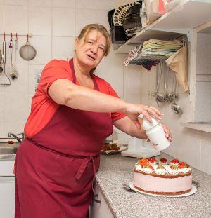 Barbara Hüttermann bei der Kreation einer Erdbeer-Torte